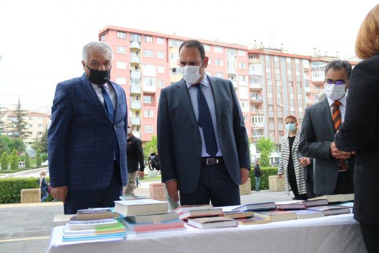 Eskişehir Adalet Sarayı önünde bağış kitap için stant kuruldu