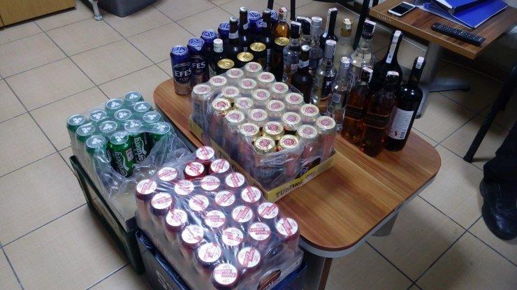 Şüphe üzerine durdurulan araçta alkol satışı yapıldığı tespit edildi