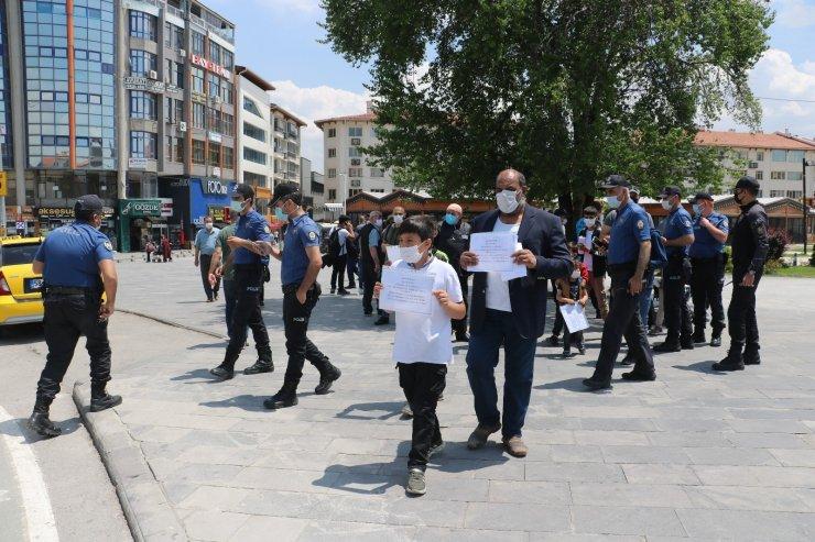 Afgan aile Türk kimliği için gösteri düzenledi