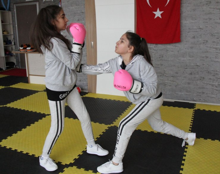 Kick boksçu ikizler, kadına şiddete böyle dikkat çekiyor