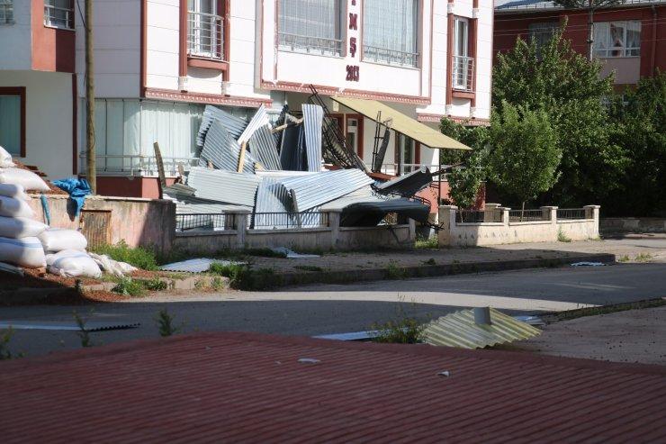 Sivas'ta kuvvetli rüzgar çatıları uçurdu