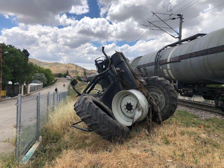 Başkent'te yük treni traktöre çarptı: 1 yaralı