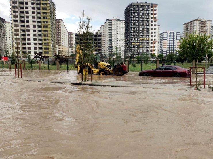 Kayseri'de sağanak yağış etkili oldu, mahsur kalanlar iş makineleriyle kurtarıldı