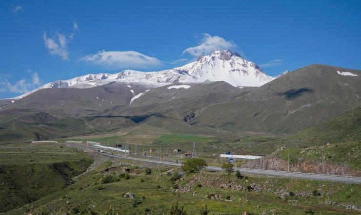 Kar yağışının ardından Erciyes beyaza büründü