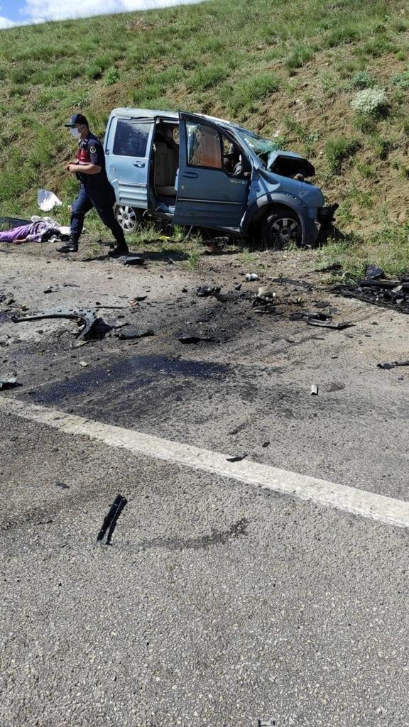 Sivas'ta iki araç kafa kafaya çarpıştı: 9 ölü