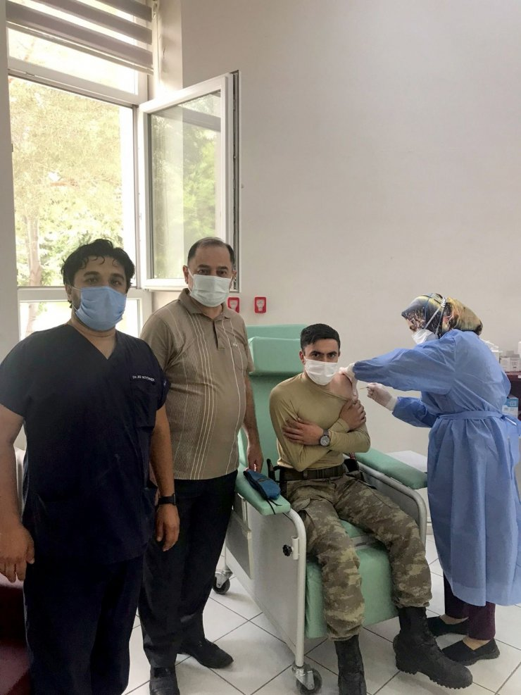 Komandolara Covid-19 aşısı uygulandı