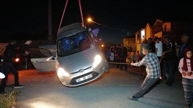 Kamyonet ile çarpışan otomobil kanala düştü: 3 yaralı