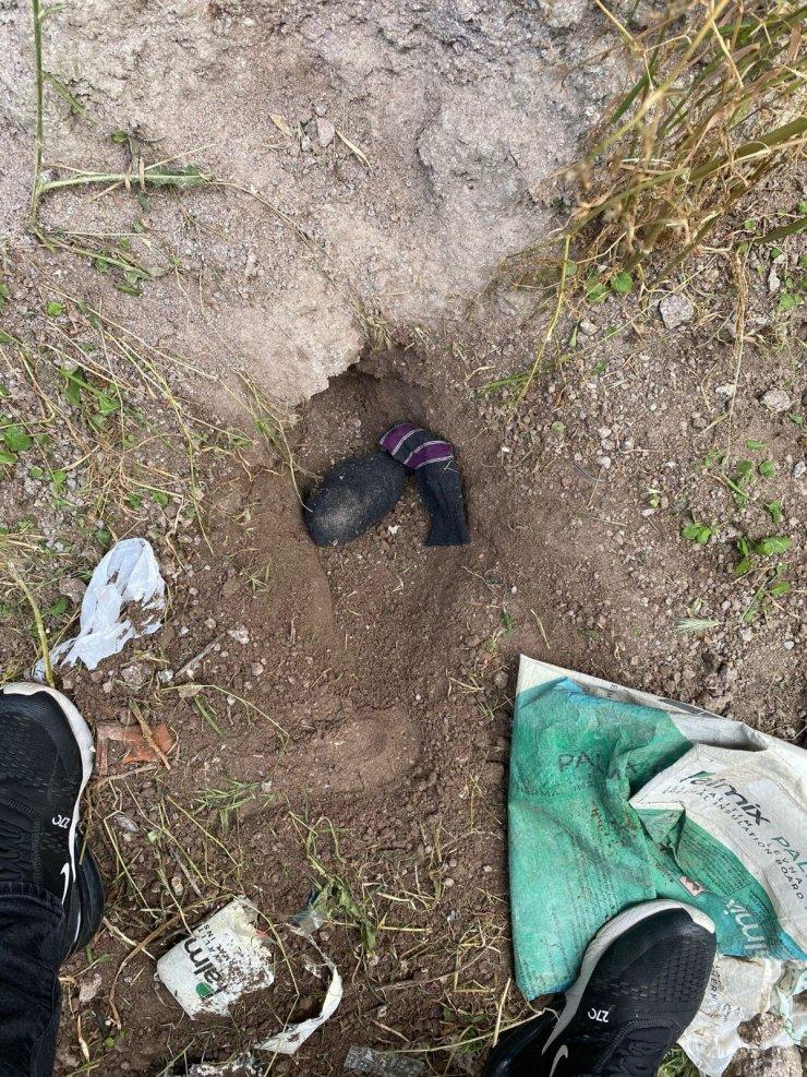 Toprağa gömdükleri eroini çıkartmaları polislere yakalanmalarına neden oldu
