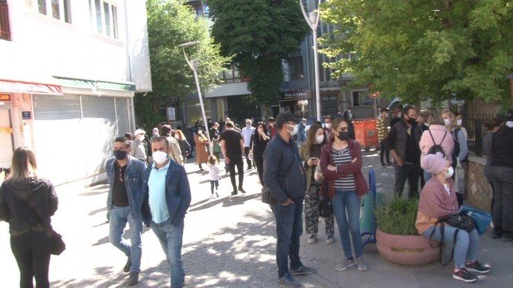 Öğrenciler sınavda veliler ise okul önünde ter döktü