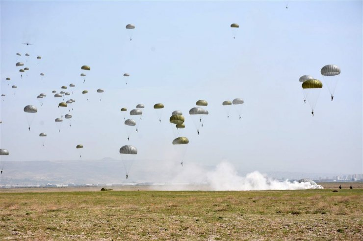 Komandoların paraşüt kursu nefesleri kesti