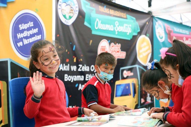 Talas'ta çocuklar bu aracın yolunu heyecanla gözlüyor