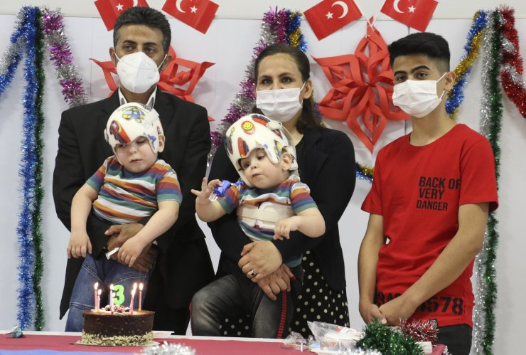 Ameliyatla ayrılan siyam ikizlerine doğum günü sürprizi