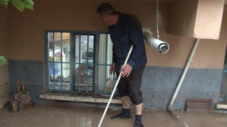 Eskişehir'de istinat duvarı çöktü, bodrum katındaki evi su bastı