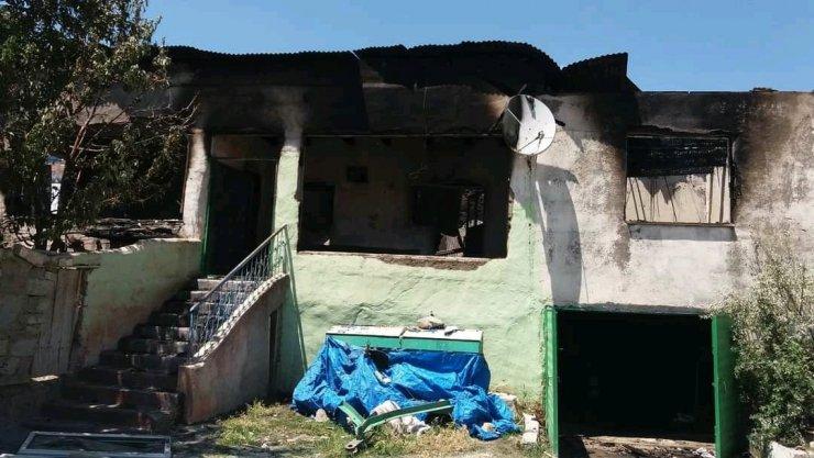 Alevlerin sardığı evden yaralı çıktı