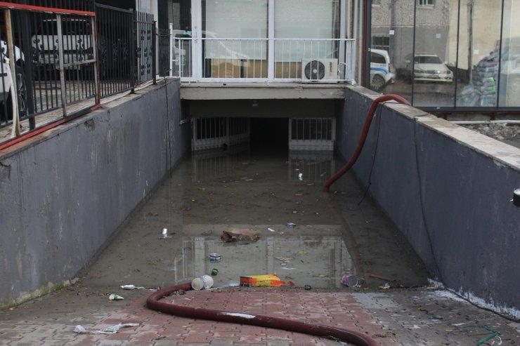 Ankara'da iş yerlerini su bastı, araçlar suya gömüldü