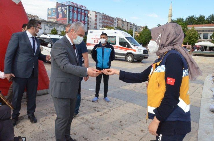 Kırşehir Valisi İbrahim Akın'dan aşı uygulamasındaki personele çikolatalı teşekkür