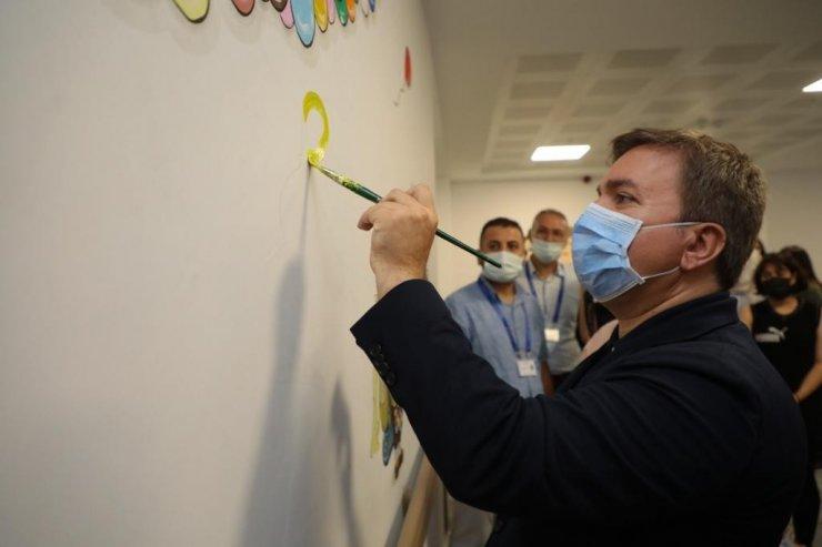 Çocukların korkuyu yenmesi için tüm duvarlara çizgi film karakterleri çizildi