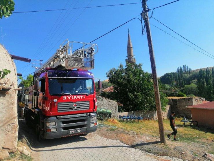 Depremi yaşayan mahallede hasar gören cami ibadete kapatıldı