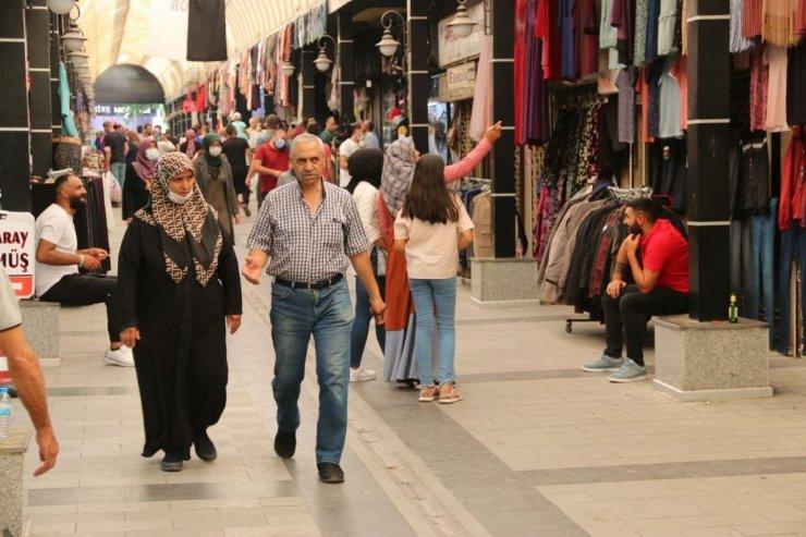 Aksaray'da çarşı pazarda Arefe günü yoğunluğu