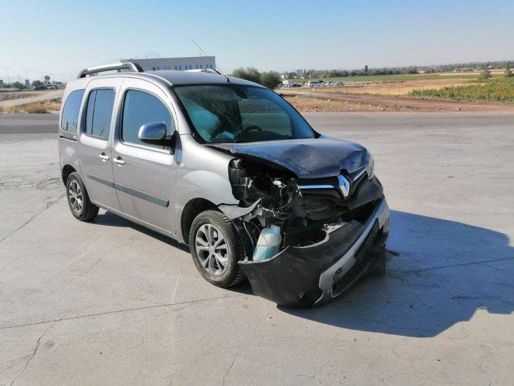 Hafif ticari araçla otomobil çarpıştı: 7 yaralı