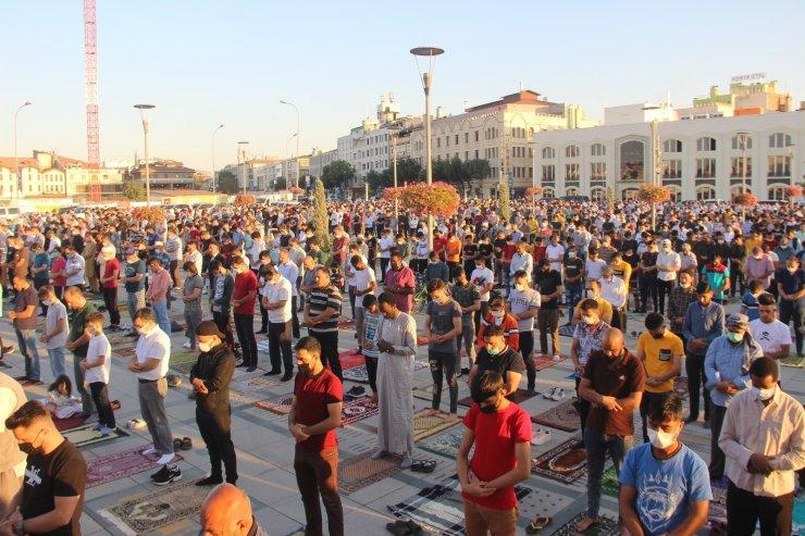 Binlerce kişi bayram namazı için Mevlana Meydanına akın etti