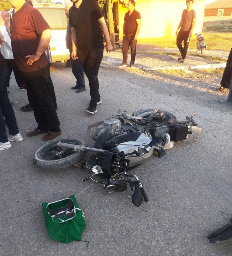 Hafif ticari araç ile motosiklet çarpıştı: 2 yaralı