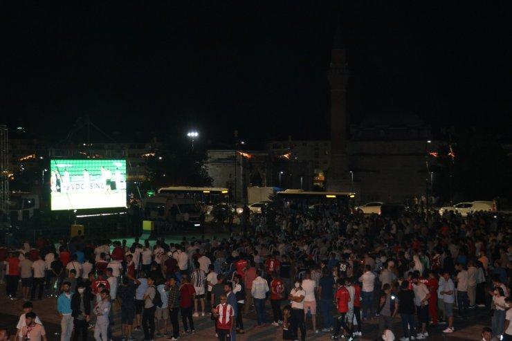 Yiğidolar, UEFA maçını dev ekranda izledi