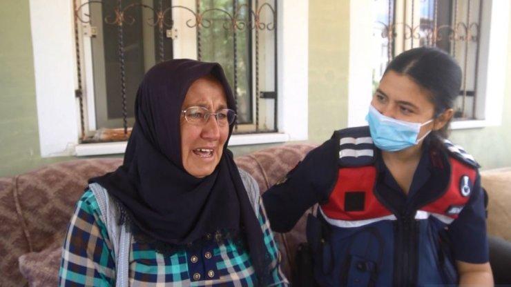 """Karşısında jandarmayı gören asker annesi: """"Oğlum gelmiş gibi oldum"""""""