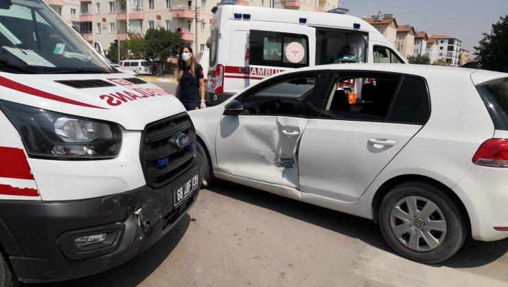 Vakaya giden ambulans ile otomobil çarpıştı: 3 çocuk yaralı