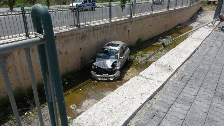 Otomobil kanala uçtu: 1 yaralı