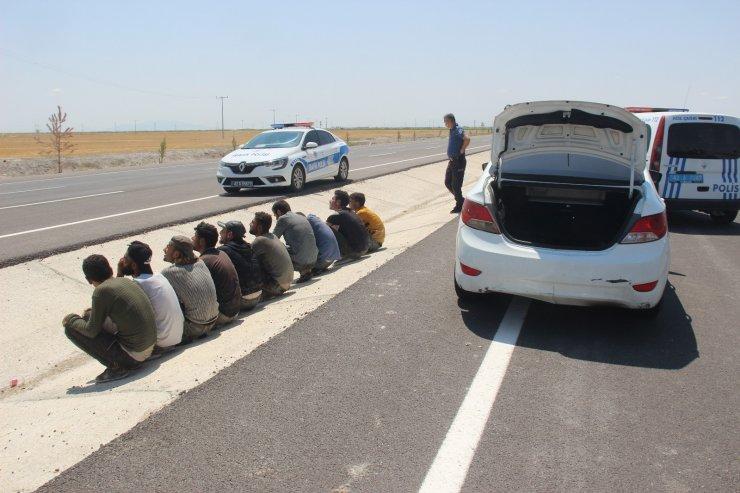 Uygulama noktasından kaçan otomobilden 10 göçmen çıktı