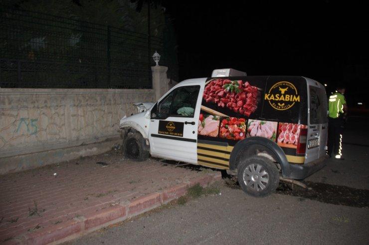Bahçe duvarına çarpan hafif ticari aracın sürücüsü hayatını kaybetti