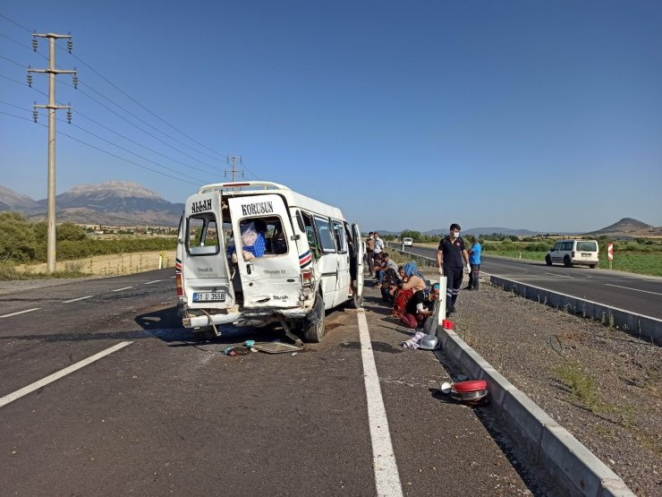 Tarım işçilerini taşıyan minibüsle otomobil çarpıştı: 6 yaralı