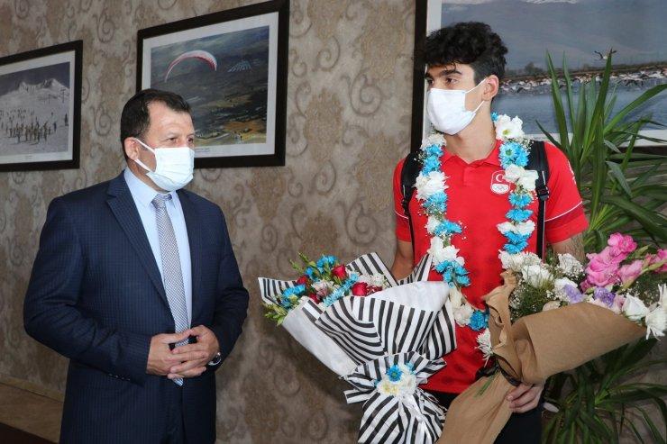 Milli yüzücü Yiğit Aslan çiçeklerle karşılandı