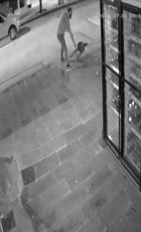 Çöp kovasıyla kavga eden adam kameraya yansıdı