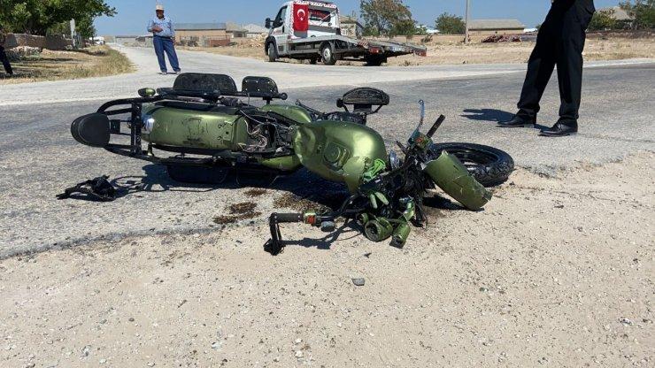 Kamyonet ile motosiklet çarpıştı: 1 ölü, 2 yaralı