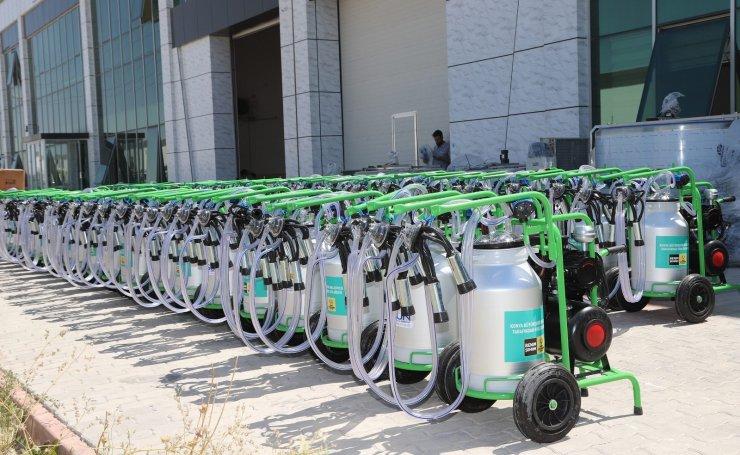 Konya Büyükşehir yangından etkilenen çiftçilere süt sağma makinesi gönderdi