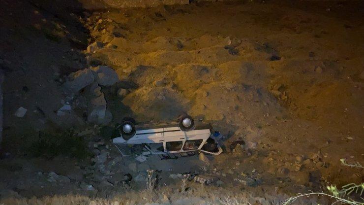 Otomobil boş arsaya uçtu: 3 yaralı