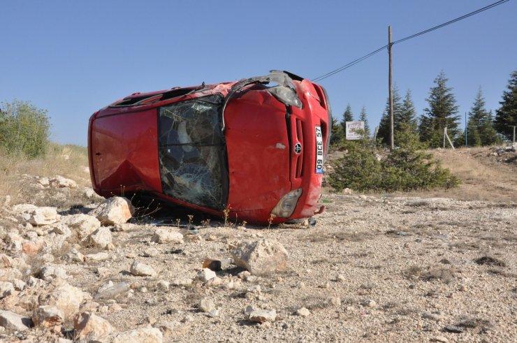 Takla atan otomobilin sürücüsü kazayı hafif sıyrıklarla atlattı