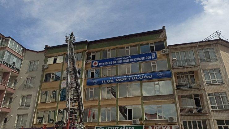 Konya'da 5 katlı binanın çatısında çıkan yangın büyümeden söndürüldü