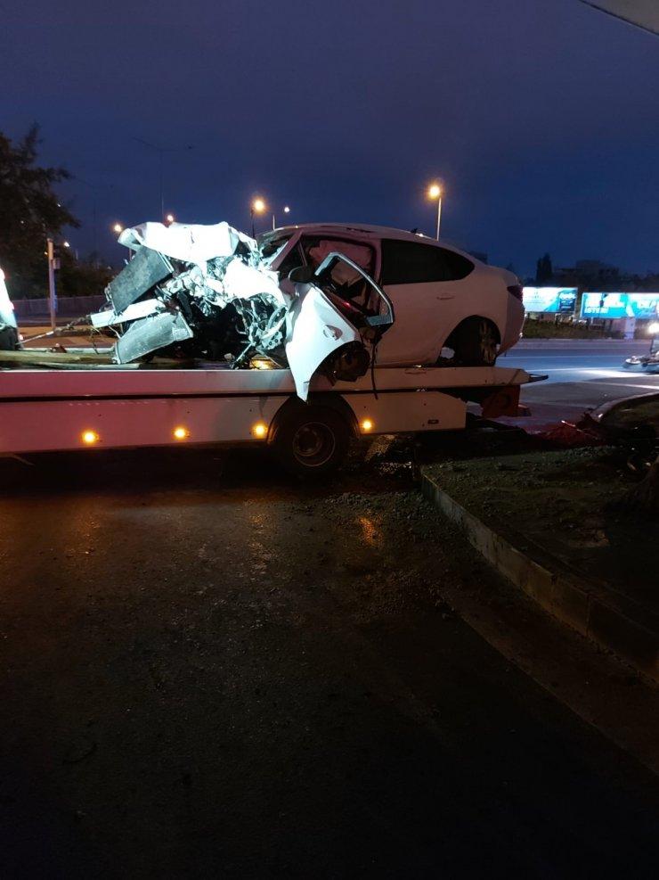 Otomobil köprünün beton ayağına çarptı: 1 ölü, 1'i ağır 2 yaralı