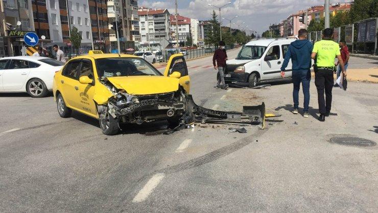 Hafif ticari araç ile ticari taksi çarpıştı: 2 yaralı